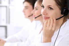 Centrum telefoniczne operatorzy Ostrość przy piękną kobietą w słuchawki fotografia royalty free
