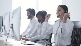 Centrum Telefoniczne sprzedaże Szczęśliwy kobieta operator Po Pomyślnej transakcji zbiory