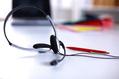 Centrum telefoniczne usługowego operatora pusty pracujący miejsce Słuchawki, szkła, klawiatura i monitor przy helpdesk pracownika obrazy stock