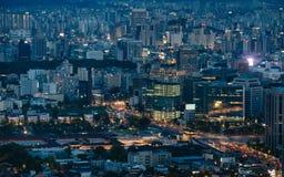 Centrum van Seoel dichtbij Gwanghwamun-Vierkant bij nacht Stock Foto's
