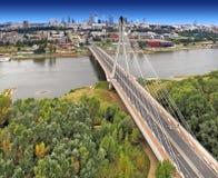 Centrumpanoramautsikt av Warszawa, Polen med den Swietokrzyski bron över Vistulaet River Arkivfoto