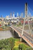 Centrumpanoramautsikt av Warszawa, Polen med den Swietokrzyski bron över Vistulaet River Royaltyfri Bild