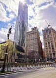 Centrumstraat met mening over New York door Gehry Skyscraper royalty-vrije stock afbeeldingen