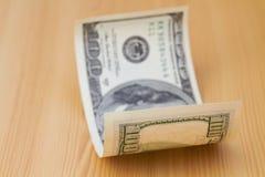Cents billets d'un dollar sur la table Photographie stock libre de droits
