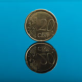 20 Cents, Eurogeldmünze auf Blau mit Reflexion Stockfotos