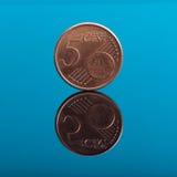5 Cents, Eurogeldmünze auf Blau mit Reflexion Stockfotografie
