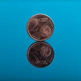 2 Cents, Eurogeldmünze auf Blau mit Reflexion Stockfotografie