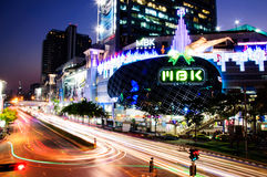 Centter för M B K Shopping i Bangkok skymning Arkivbilder
