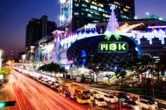 Centter för M B K Shopping i Bangkok skymning Arkivbild
