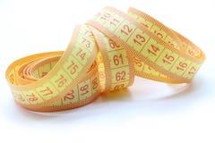 Centymetr żółty kolor od tkaniny dla pomiaru długość i pojemność na białym tle fotografia royalty free
