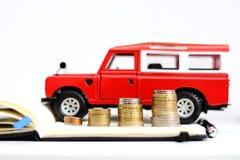 Ceny lub sprzedaży ewolucja w automobilowego przemysłu czerwonym gruntowym pojazdzie blisko stosu pieniądze Obraz Stock
