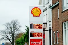 Ceny na litr dla benzyny i oleju napędowego w euro przy Shell stacją benzynową w wassenaar w holandiach zdjęcia royalty free