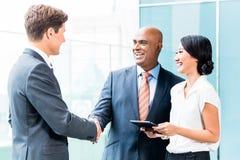 CEO和执行委员企业握手 免版税库存照片