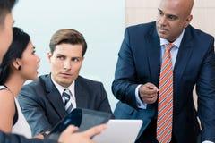 CEO在业务会议的解释他的视觉 库存照片