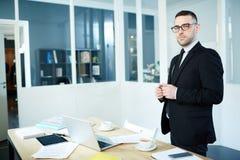 CEO (главный исполнительный директор) в офисе Стоковые Изображения RF