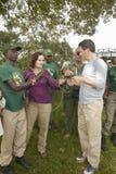 CEO de Wayne Pacelle da sociedade humana do Estados Unidos que verifica quelaça a patrulha no parque nacional de Tsavo, Kenya, Áf foto de stock