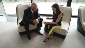CEO, der Vorstellungsgespräch mit jungem Arbeitnehmer tut Langsame Bewegung stock video footage