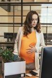 CEO grávido focalizado que toma licenças de parto Imagem de Stock Royalty Free