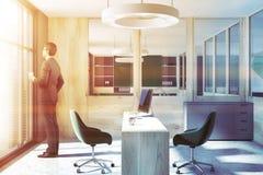 CEO grigio e di legno vista laterale interna dell'ufficio, uomo Immagine Stock Libera da Diritti