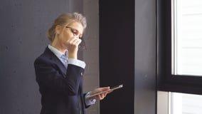 Ceo heeft problemen in de firma Recessie van het bedrijf Depressie op het werk stock footage