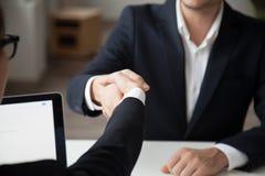 CEO het schudden hand van mannelijke baankandidaat stock afbeelding
