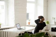 CEO heureux détendant au travail satisfait par bon résultat de travail Images libres de droits