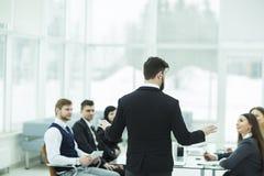 CEO mówi przy warsztatową biznes drużyną w nowożytnym biurze fotografia royalty free