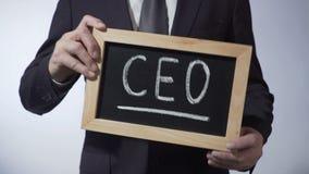 CEO op bord, mens in het klassieke teken van de kostuumholding, bedrijfsstrategie wordt geschreven die stock video