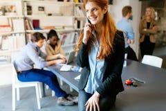 CEO robi znacząco rozmowie telefonicza firma obrazy stock