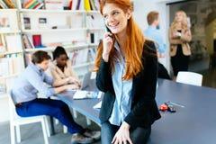 CEO robi znacząco rozmowie telefonicza firma obraz royalty free