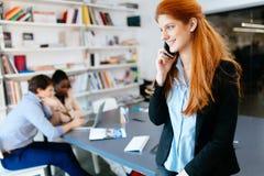 CEO robi znacząco rozmowie telefonicza firma zdjęcie royalty free