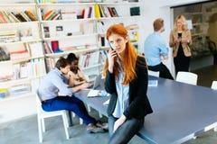 CEO robi znacząco rozmowie telefonicza firma fotografia stock