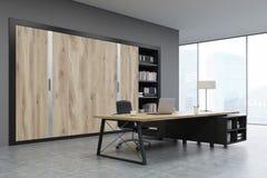 CEO ufficio con le porte di legno e uno scaffale Immagine Stock Libera da Diritti