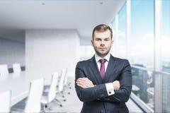 CEO z krzyżować rękami w nowożytnej sala konferencyjnej Pojęcie pomyślny biznes Fotografia Stock