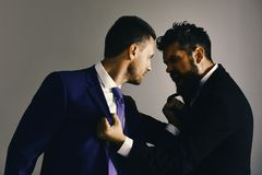 CEOs为在灰色背景的事务战斗,面对 免版税图库摄影