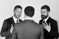 CEOs开争执和会议关于浅灰色的背景 库存图片
