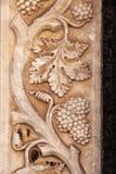 cep de vigne avec des groupes de raisins, bas-relief Photo libre de droits
