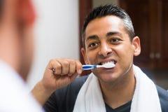 Cepillado de los dientes imagen de archivo libre de regalías