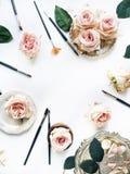 Cepille el equipo, las rosas rosadas, la bandeja del vintage y la placa retra en el fondo blanco Imágenes de archivo libres de regalías