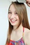 Cepillo adolescente sonriente de la muchacha y de pelo Foto de archivo