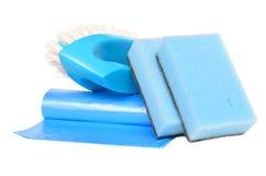 Cepillo, bolsos de basura y esponjas Fotografía de archivo