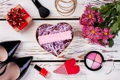 Cepillo, caja, flores y corazón Fotografía de archivo