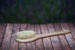 Cepillo con una manija para el masaje y para un baño, en condi natural Fotografía de archivo libre de regalías
