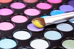 Cepillo cosmético en los sombreadores de ojos imágenes de archivo libres de regalías