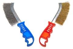 Cepillo de alambre para la limpieza mecánica del metal. Aún-vida en un fondo blanco Imagenes de archivo