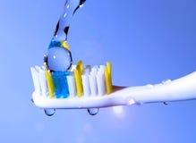Cepillo de dientes bajo la agua corriente Fotos de archivo