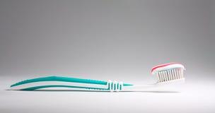 Cepillo de dientes con crema dental Imágenes de archivo libres de regalías