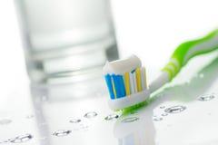 Cepillo de dientes con crema dental Foto de archivo