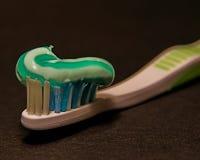 Cepillo de dientes con crema dental Foto de archivo libre de regalías