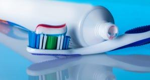 Cepillo de dientes con goma Fotos de archivo libres de regalías